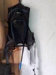 Uma mochila d ciclista e um par d pneus fino aro 29