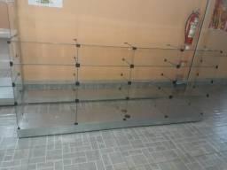 Balcão de vidros temperado medindo 3 metros de comprimento
