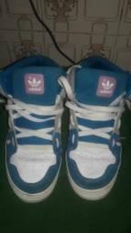 Vendo um: (tênis Adidas)