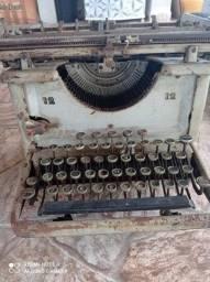 (**Duas Maquinas de escrever antigas**)