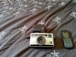Camera fotografica antinha Kodak e telefone celular Samsung