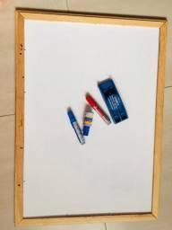 Quadro branco com canetões, tinta azul e apagador
