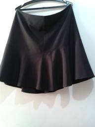 Saia curta tecido leve com forro fecho invisível preta 48