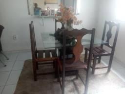 Vendo um conjunto de mesa de jantar com 4 cadeiras de madeira com tampão de vidro