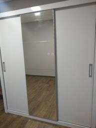 Guarda roupa 3 portas de correr com espelho frontal. Pouco tempo de utilização