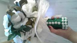 Bôque de noiva e placa de Enfim Casados