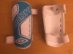 Umbro Safety Caneleira Resistente, Cor Azul - Esporte e Lazer Futebol Outros