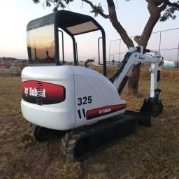 Título do anúncio: Miniescavadeira bobcat 325 troca por retro ou basculante truck