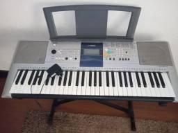 teclado Yamaha com suporte