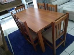 Mesa com 6 cadeiras de madeira de eucalipto