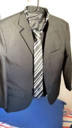 Terno infantil preto completo, com gravata.
