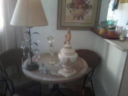 Mesa em Mosaico Bege 80 cm de diâmetro e três cadeiras. Apenas R 1.550,00