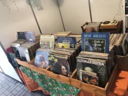 Lote com aproximadamente 1.000 discos