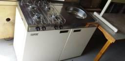 Cozinha compacta em ótimo estado, com geladeira, fogão, pia e armário