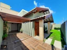 Casa com 03 quartos, fino acabamento, churrasqueira e espaço para colocar piscina.