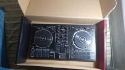 Controladora Pioneer DDJ-RB para DJs, na caixa