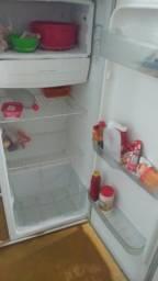 Vende se uma geladeira