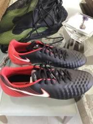 9de5184773dc4 Chuteira Nike Magista - Tam 42 - Modelo top de linha - Cravo de Alumínio