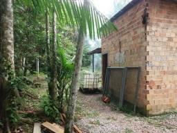 Terreno com uma casa pequena