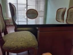 Mesa antiga com tampo de vidro e oito cadeiras