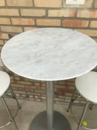 Mesa alta com 2 cadeiras