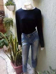 Blusa basica e calça jeans