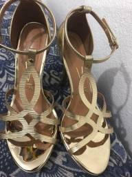 Sandália dourada de salto Vizzano