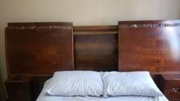 Cabeceira cama de casal em madeira, com criados, baú e cofre.