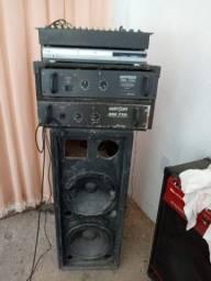 Caixa de som com mesa e amplificador