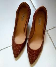 Título do anúncio: Calçados de marca em couro semi novos