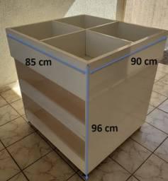 Caixotes de madeira com divisórias e rodinhas