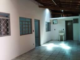 Aluga-se casa de fundo no bairro Vila Ipiranga