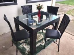 Mesa com 04 cadeiras!!!