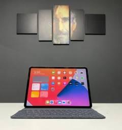 "Título do anúncio: Apple iPad Pro 11""  256GB Com 4G e Wi-Fi + Teclado - seminovo - Loja Centro de Niterói"