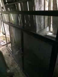 Vendo uma janela grande de ferro