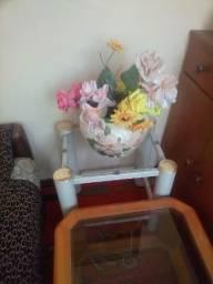 Negocio vaso lindo com flores junto com mesinha