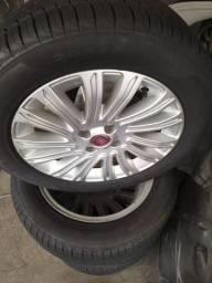 Roda e pneu do grande Siena