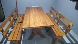 Mesa rustica com 4 bancos