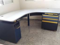 1 Mesa para escritório e uma estante fotos anexas