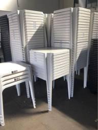 Título do anúncio: Vende-se mesas e cadeiras avulsas