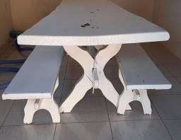 Título do anúncio: Mesa rústica de madeira. Possui descascado na pintura. <br>