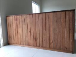 Móveis seminovos em madeira para comércio