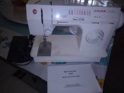 Máquina de costura doméstica e uma máquina overloque