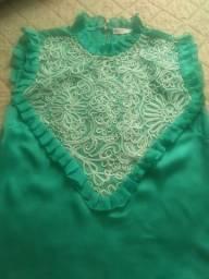 Blusa em tecido com detalhes bordados