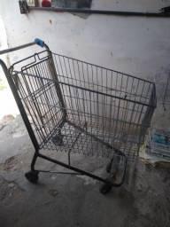 Um carrinho de supermercado seminovo