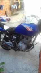 Vendo moto,parada já a um tempo,apenas para retiradas de peças ou como sucata - 2007