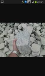 Pedra rachão areião e brita e tijolos paletizado