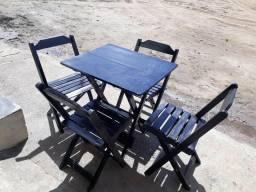Mesas e cadeiras dobráveis a partir de $320,00 reais.