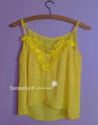 Blusa amarela decotada com detalhes floridos
