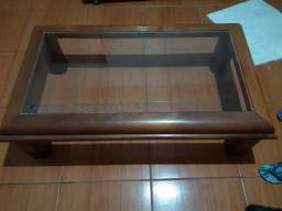 Mesa de centro, madeira e vidro.